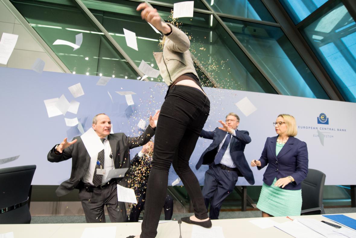 Po šéfovi ECB Draghimu hodila konfety a papíry
