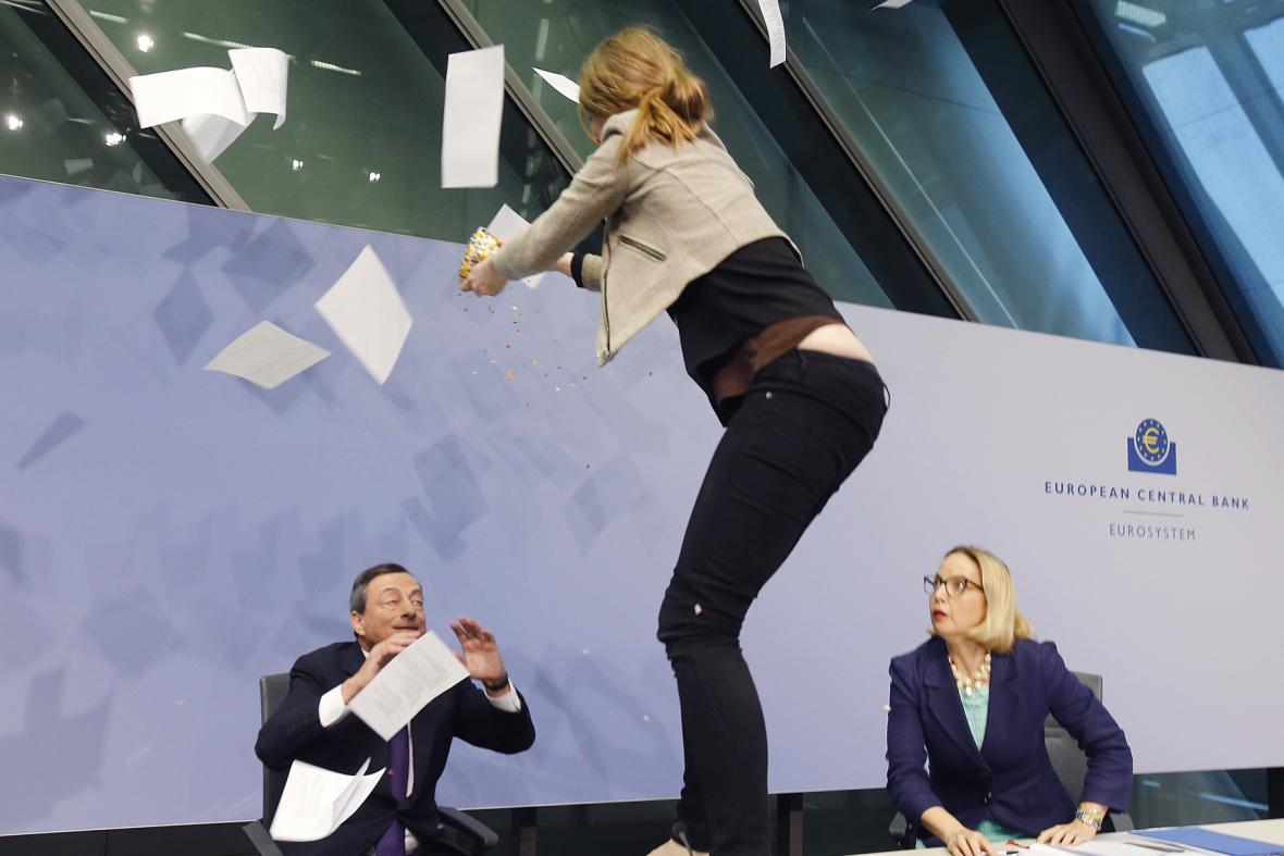Mladá aktivistka narušila tiskovou konferenci ECB