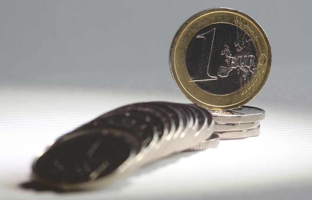 Kdy se bude v Česku platit eurem, stále není jisté
