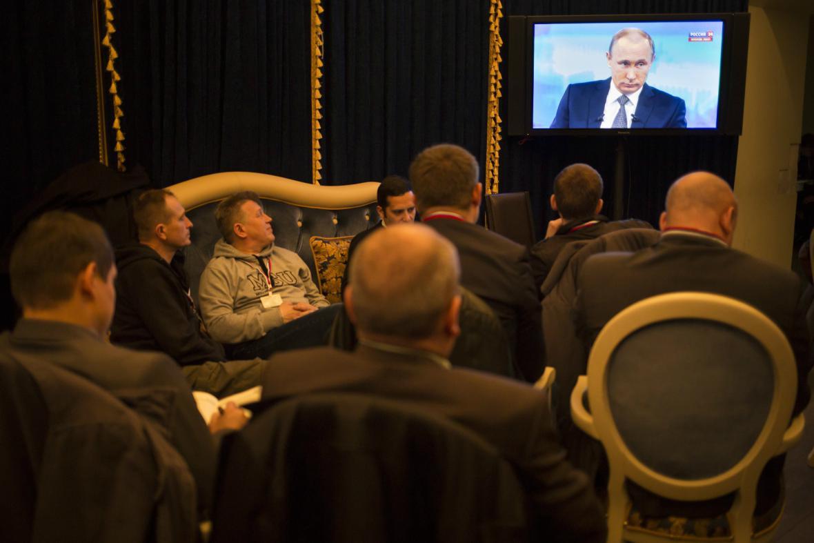 Novináři sledují Putinovu debatu s občany