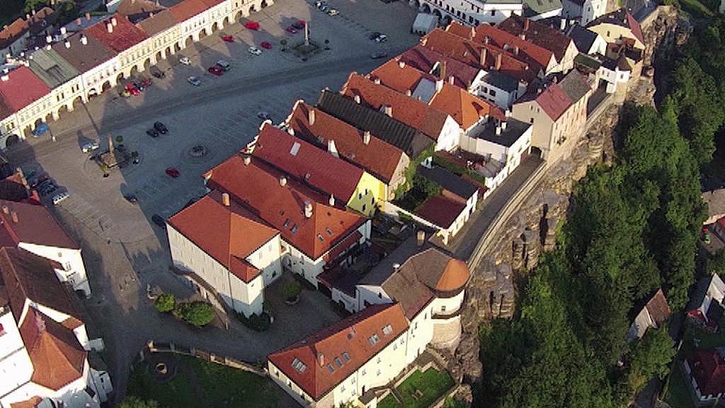 Letecký pohled na náměstí a skály v Novém Městě nad Metují