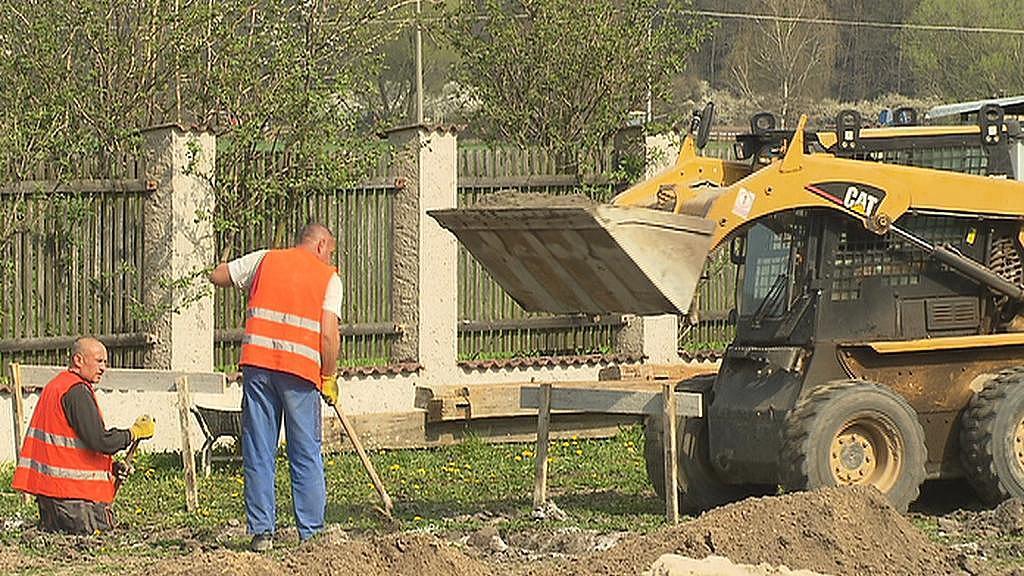 Dělníci už připravují základy nové budovy