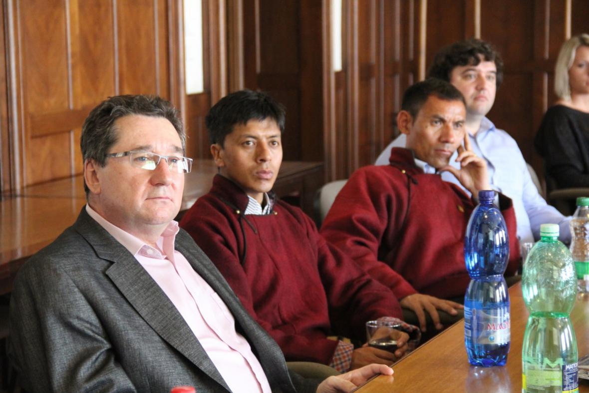 Brontosauři pomáhají stavět školu v Himálajích