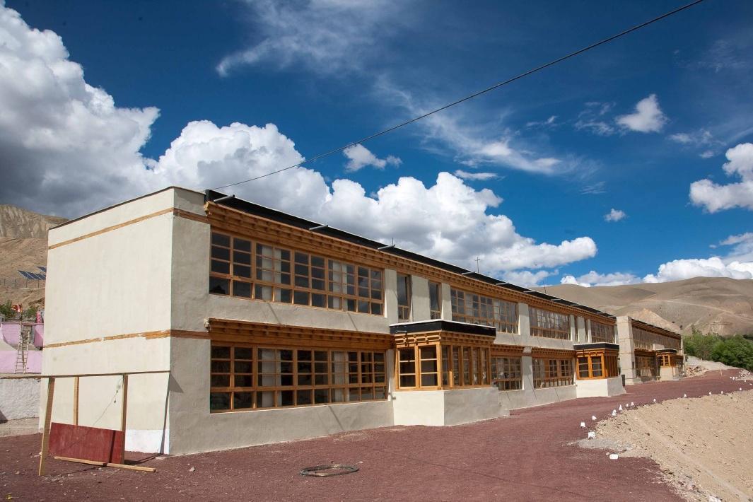 Dokončená školní budova v Himálajích