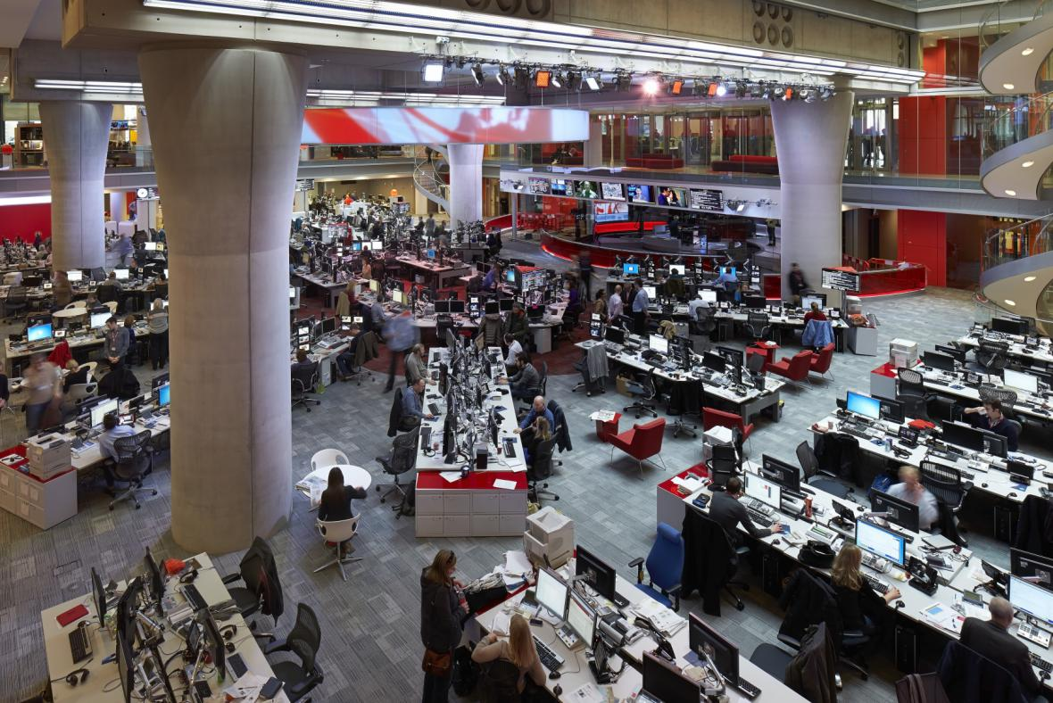 Hlavní newsroom v centrále britské BBC