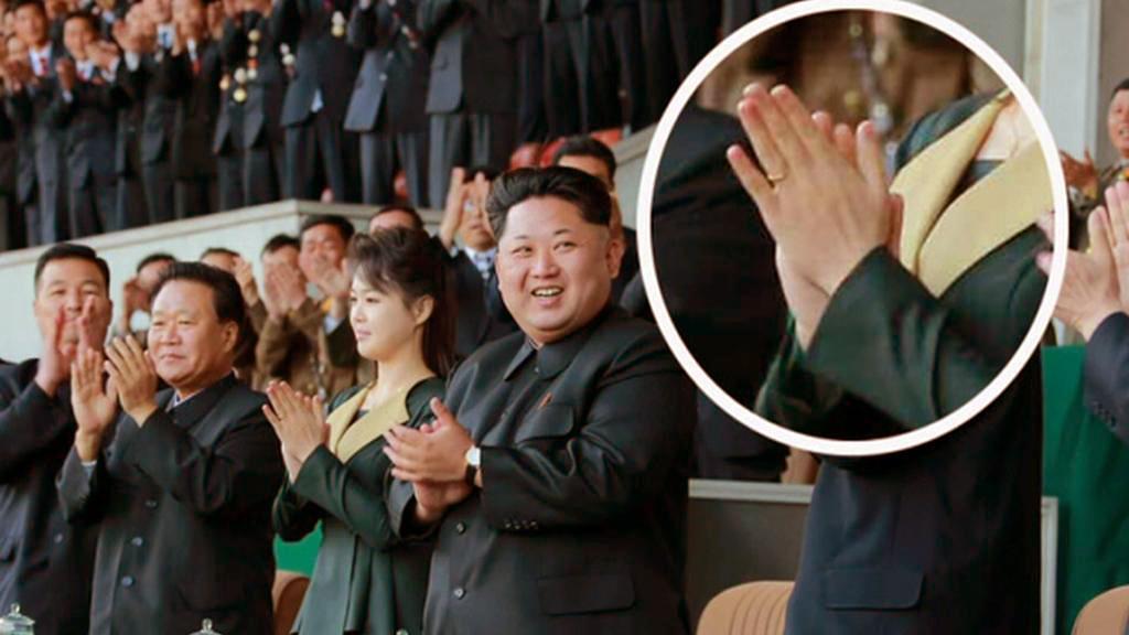 Snubní prsten na ruce Kim Čong-unovy manželky