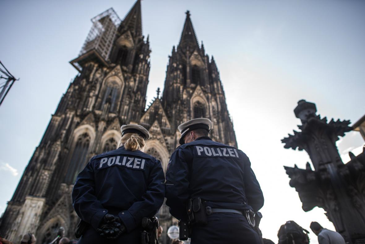 Policie před dómem v Kolíně nad Rýnem