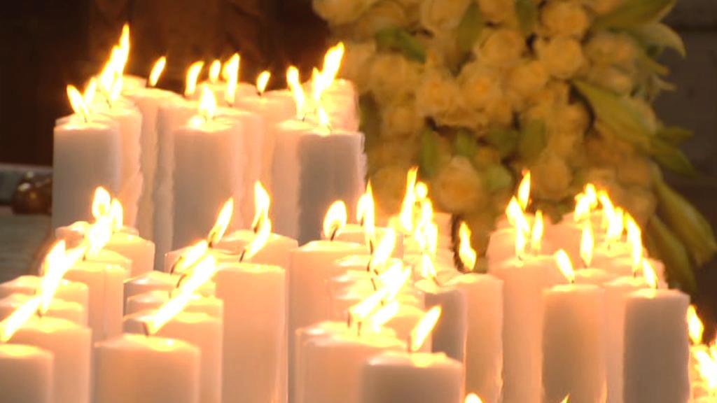 V kolínském dómu hoří 150 svíček za oběti tragédie letadla Germanwings