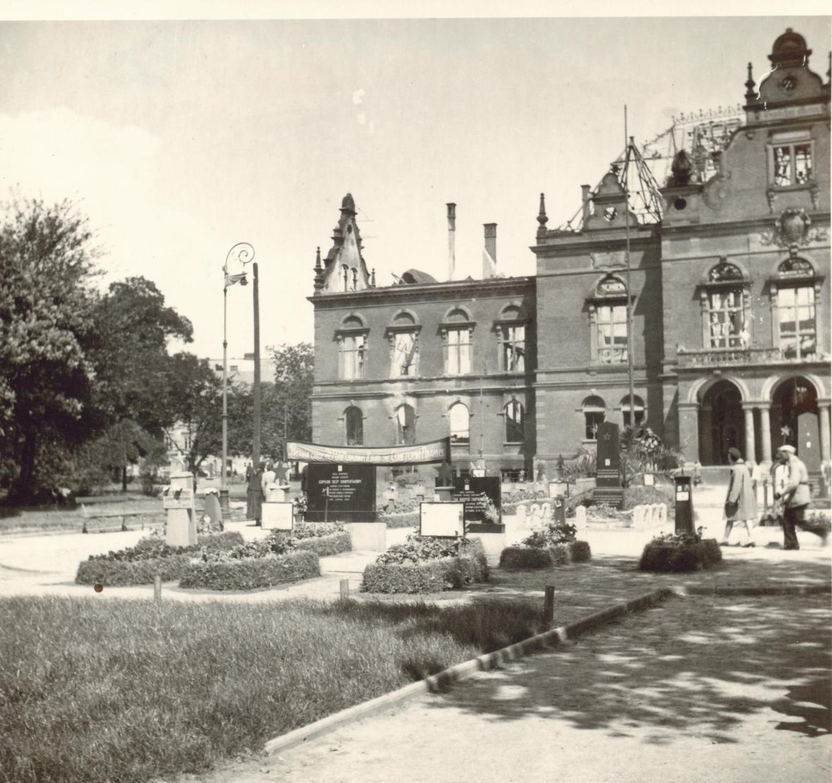 Hroby padlých rudoarmějců před bývalým Německým domem na dnešním Moravském náměstí v Brně (léto 1945)