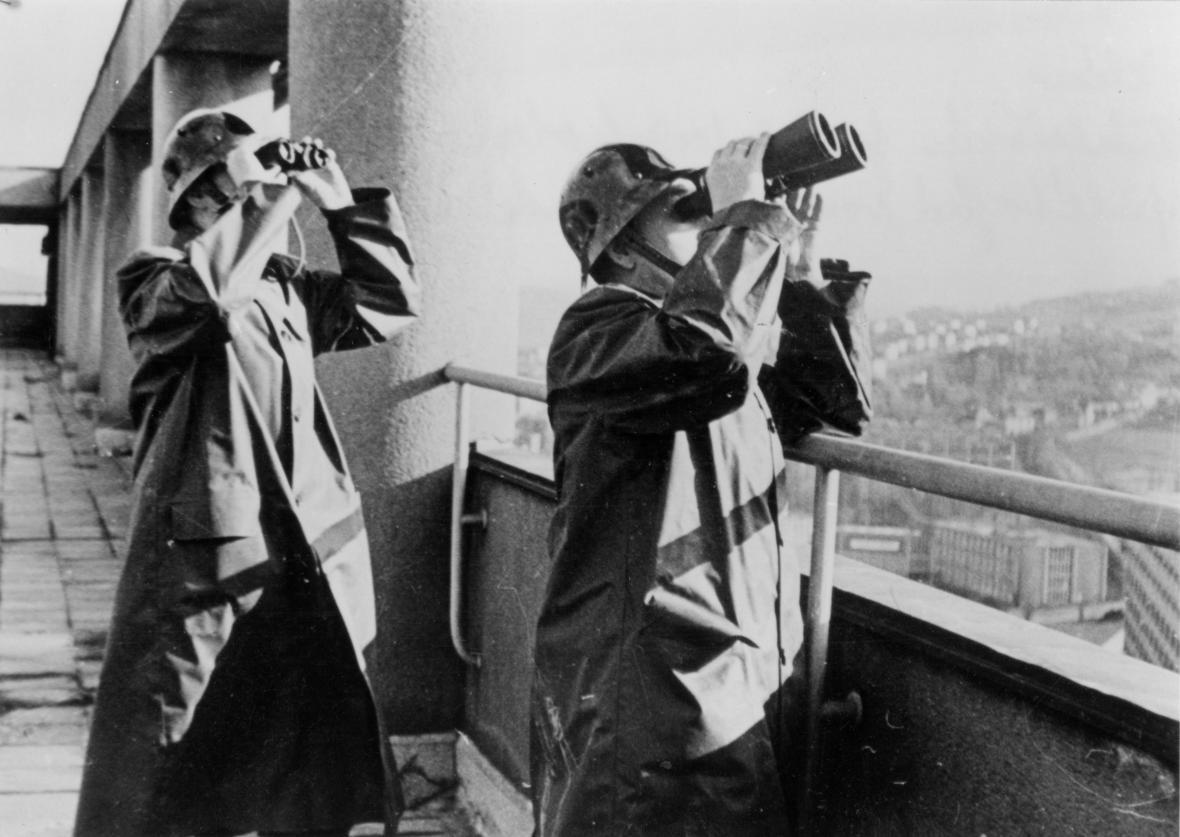 Protiletecká ochrana Zlína - pozorovatelé sledují přilétající svazy bombardérů (1944)