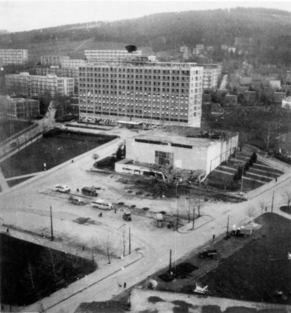Pohled na velké kino zasažené při bombardování (listopad 1944)