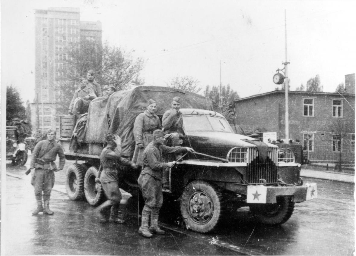 Automobil se sovětskými vojáky ve Zlíně (květen 1945)