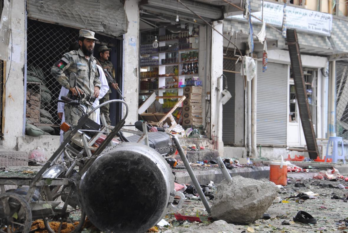 Následky atentátu v Dželalabádu