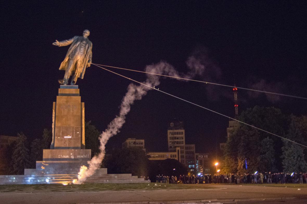 Padající socha Vladimira Iljiče Lenina
