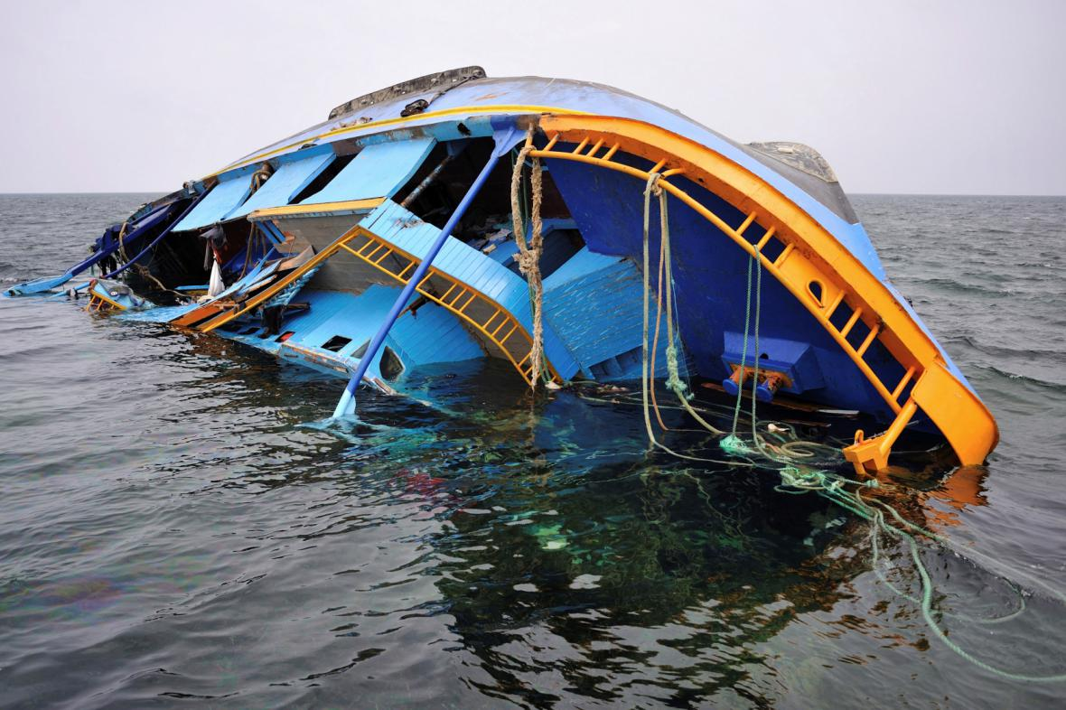 Převrácená loď převážející uprchlíky
