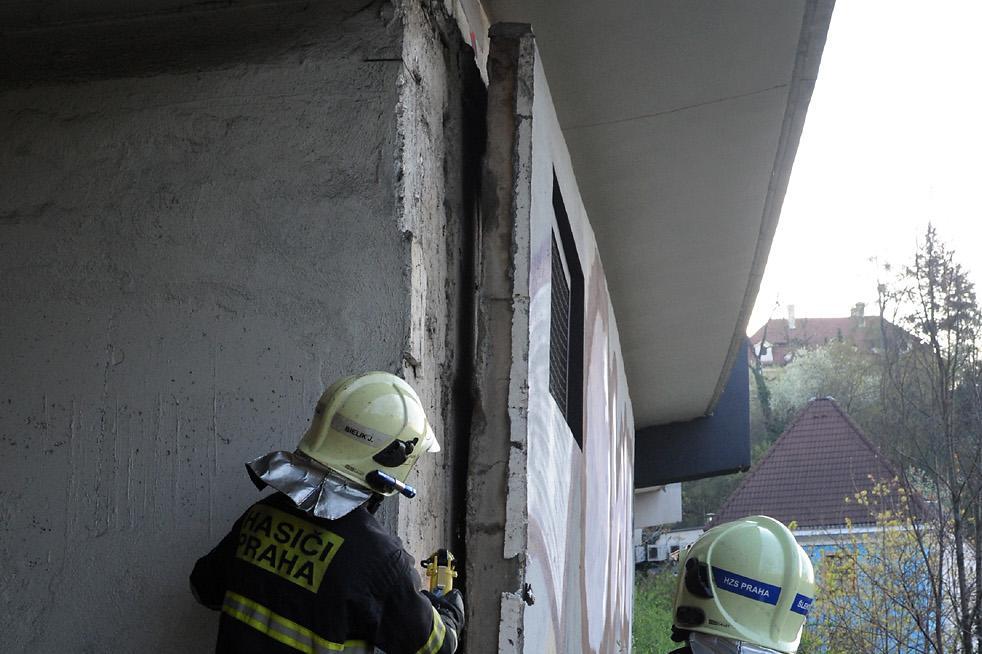 Z mostu vypadl betonový panel, další je uvolněný