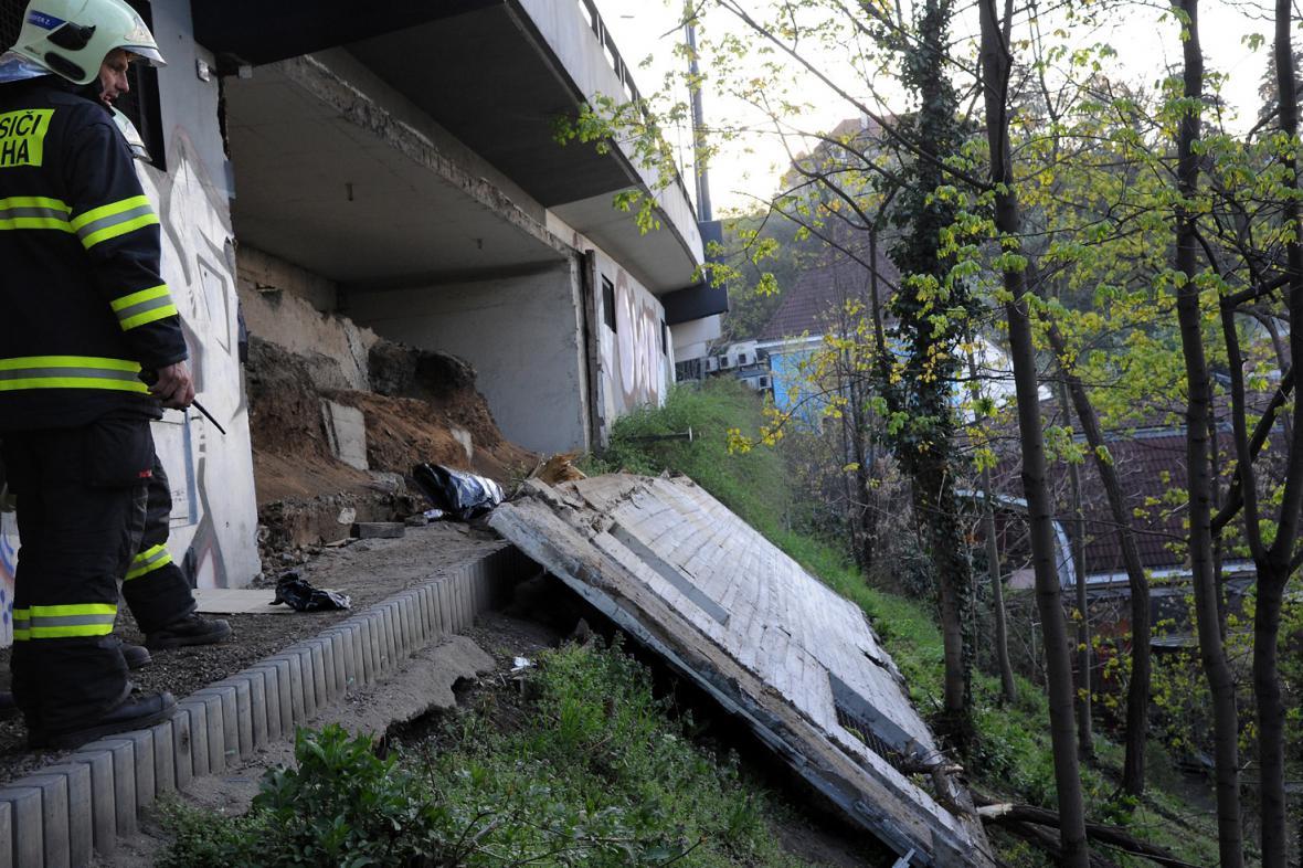 Z mostní konstrukce vypadl betonový panel