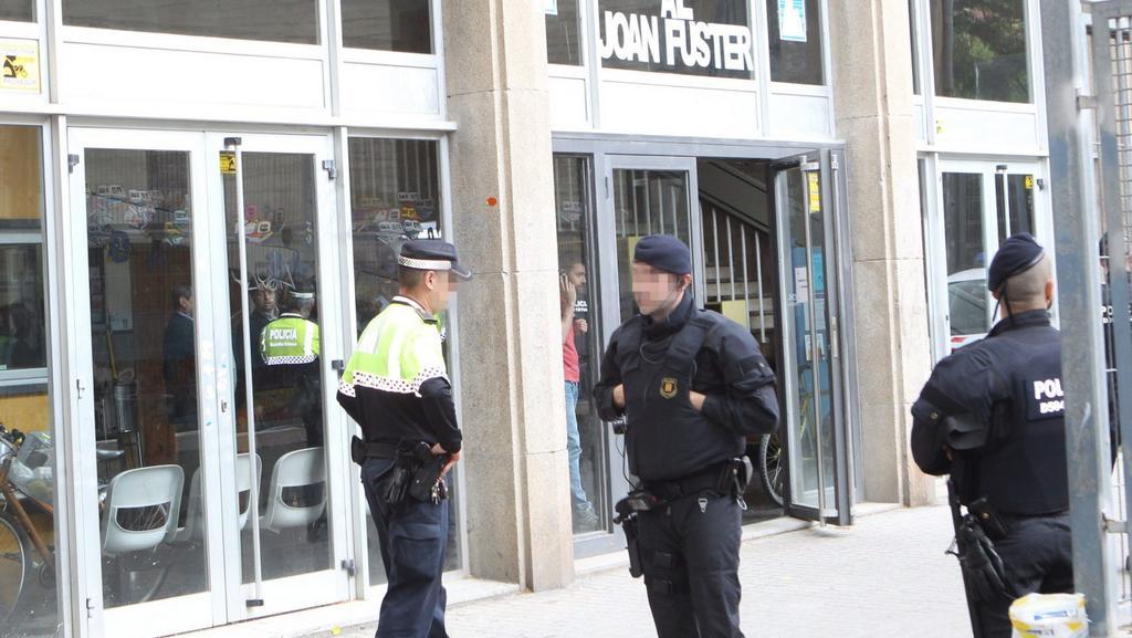 Policie před barcelonským Institutem Joana Fustera