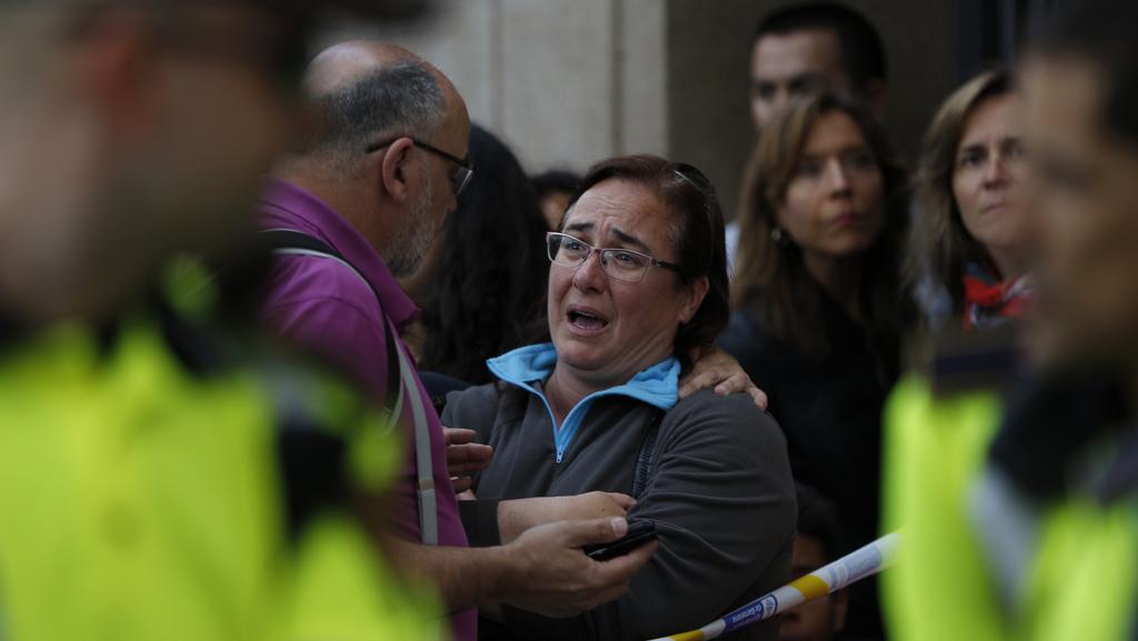 Lidé u místa činu v barcelonské čtvrti San Andreu