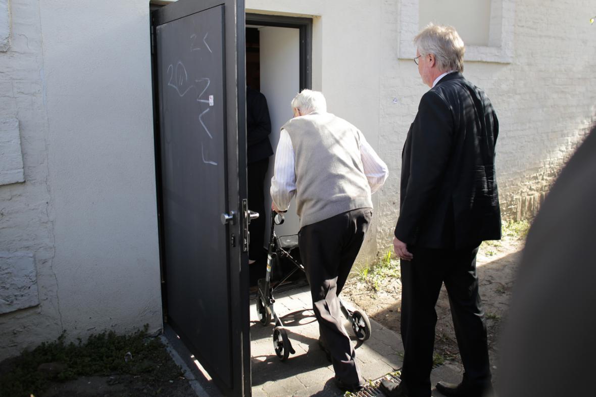 Oskar Gröning přichází k soudu