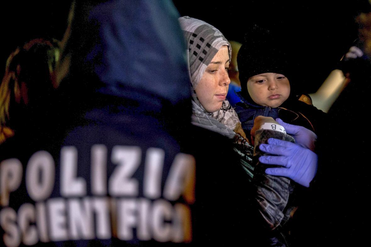 Afričtí uprchlíci v sicilském přístavu Pozzallo