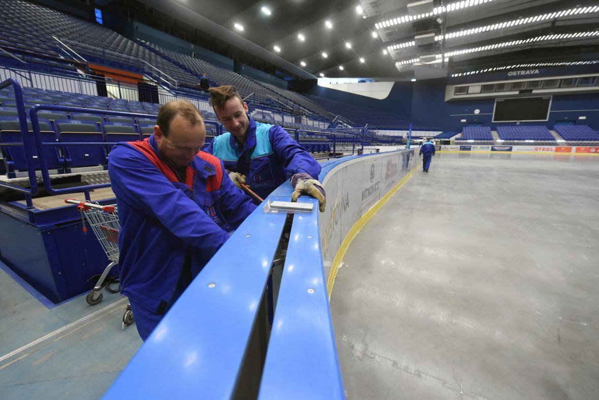 Technici připravují mantinely v ostravské ČEZ Aréně