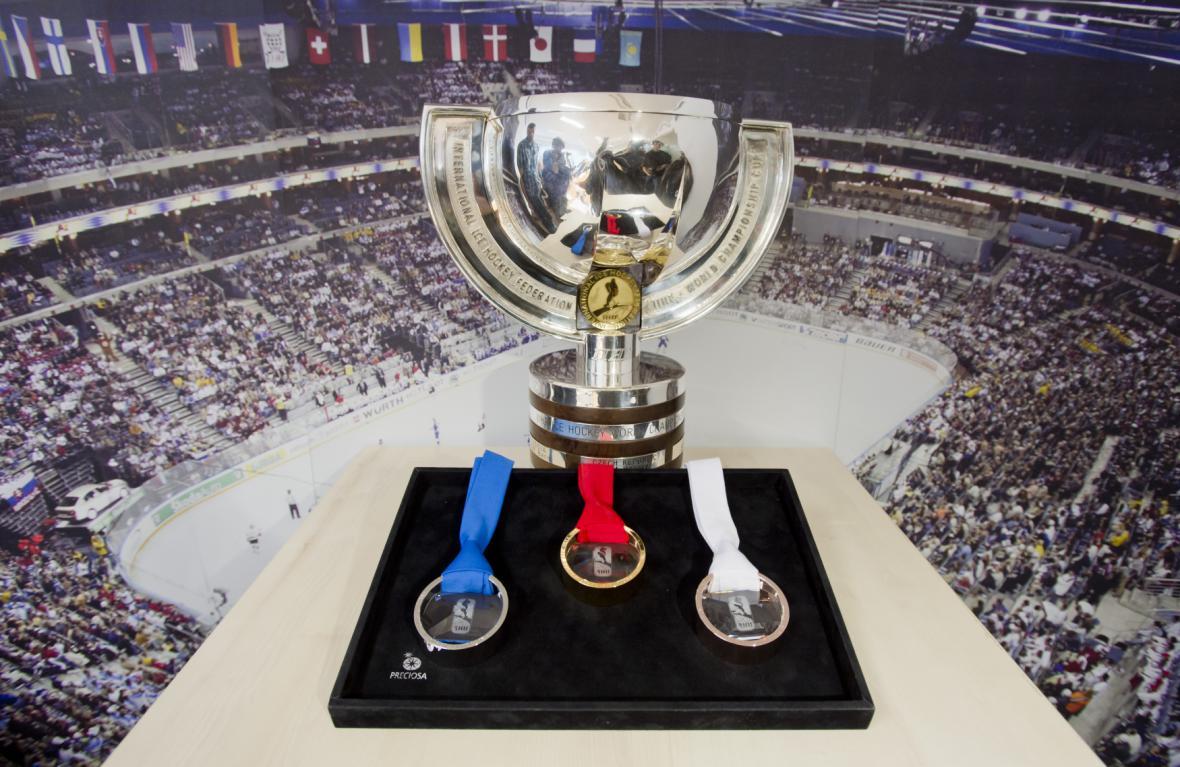 Medaile pro MS v hokeji 2015 s pohárem pro vítěze