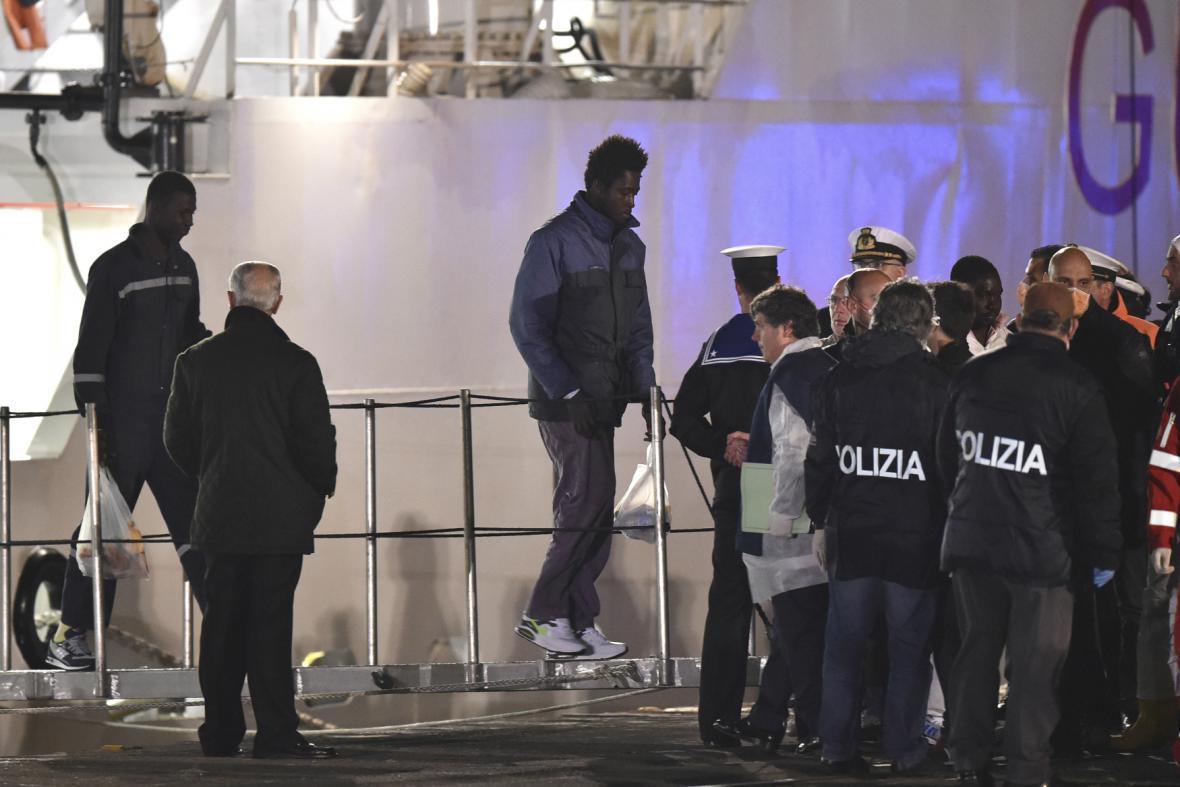 Italská policie přejímá přeživší z havarované lodi