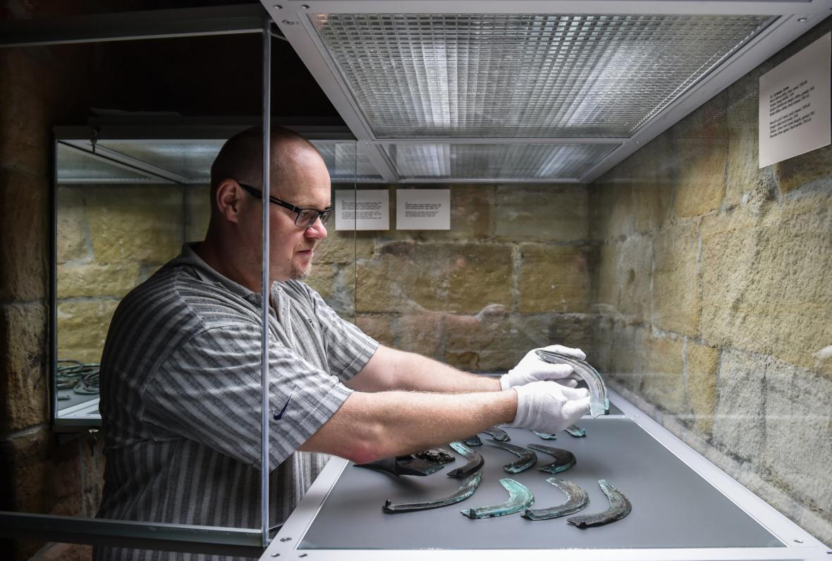 Archeolog Jan Prostředník při instalaci výstavy Poklad !!!