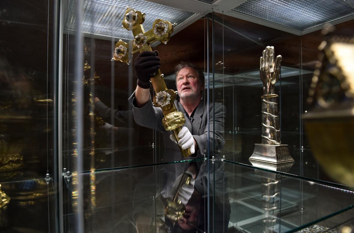 Miroslav Cogan při instalaci relikviáře