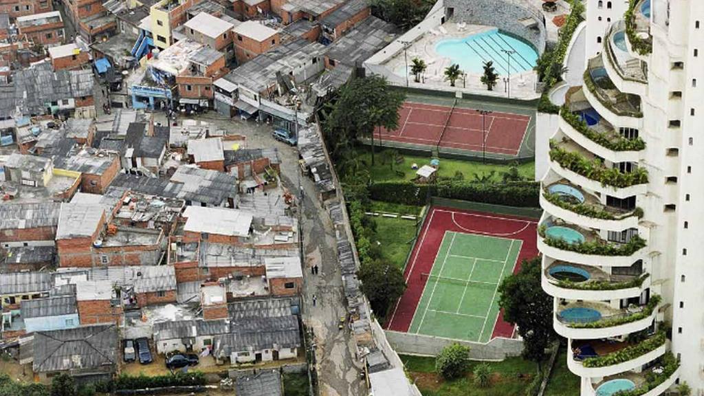 Lesk a bída v nejtěsnějším sepětí - předměstí brazilského města