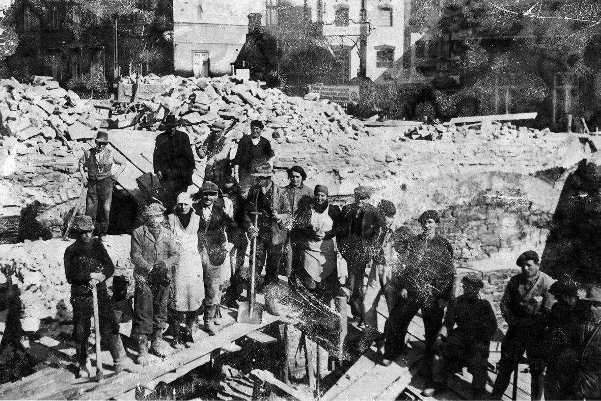 Odklízení trosek po osvobození Opavy