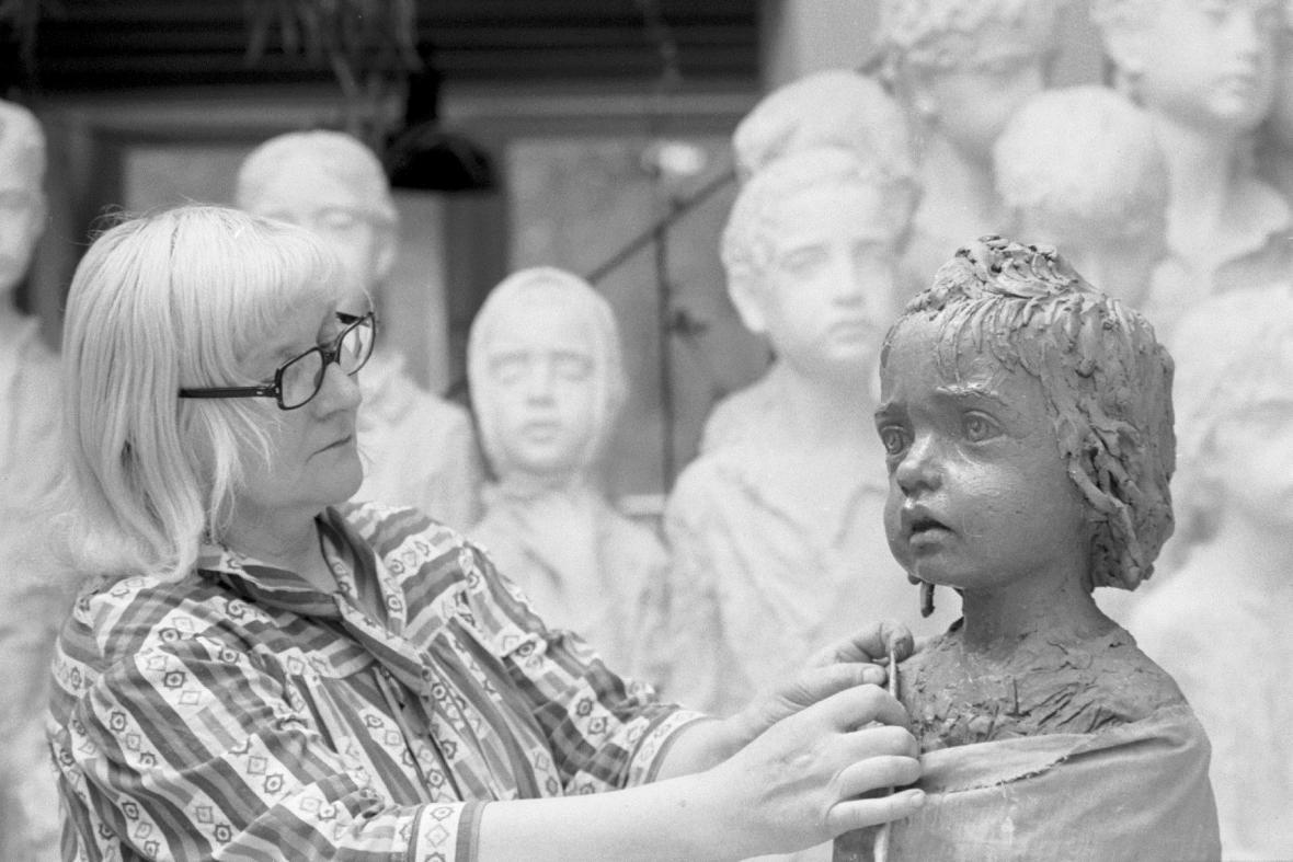 Marie Uchytilová při práci na pomníku lidických dětí