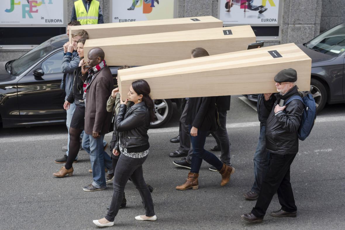 Symbolický pohřeb utopených uprchlíků