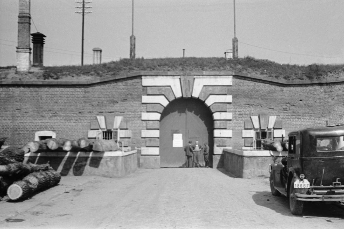 Archivní snímek Malé pevnosti v květnu 1945