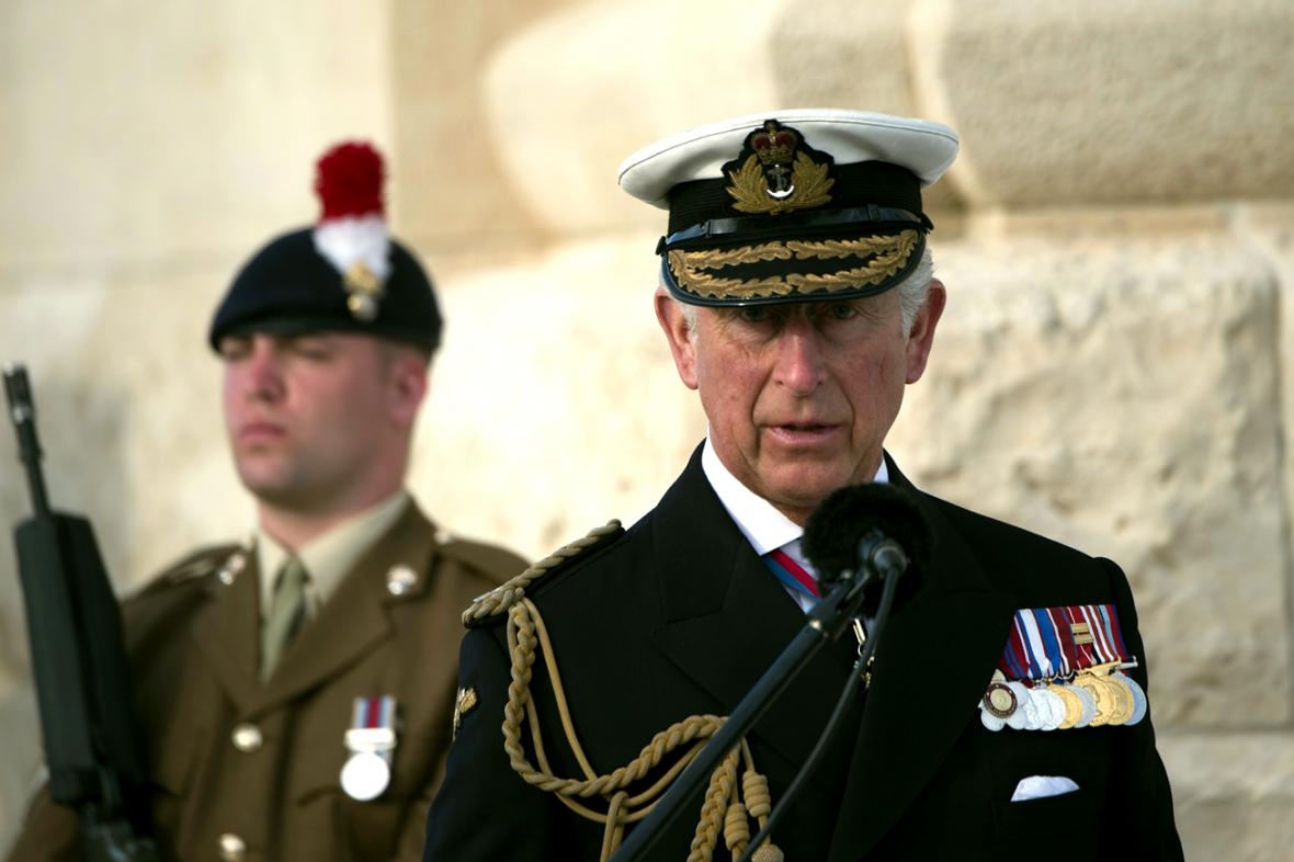Princ Charles u památníku bojů na Gallipoli