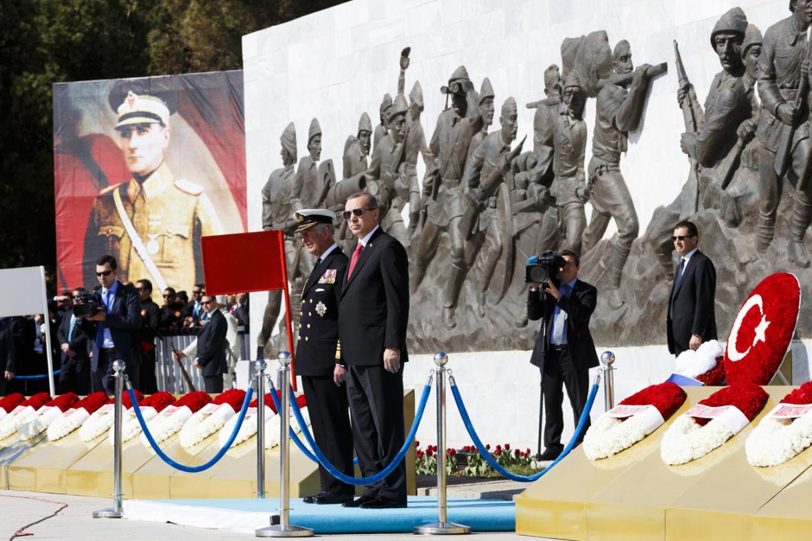 Princ Charles a Recep Tayyip Erdogan při pietní vzpomínce u památníku bojů na Gallipoli