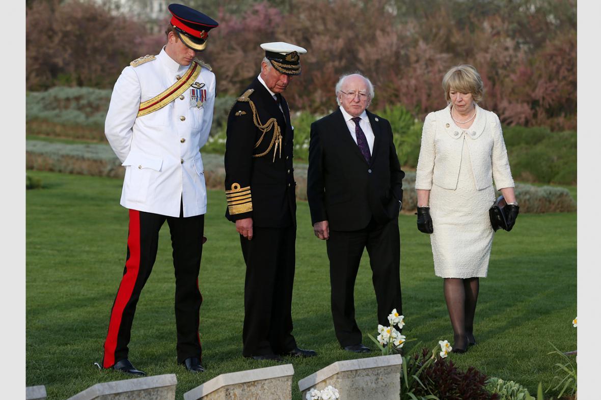 Princ Harry, princ Charles a irský prezident Michael Higgins s manželkou na vojenském hřbitově na Gallipoli