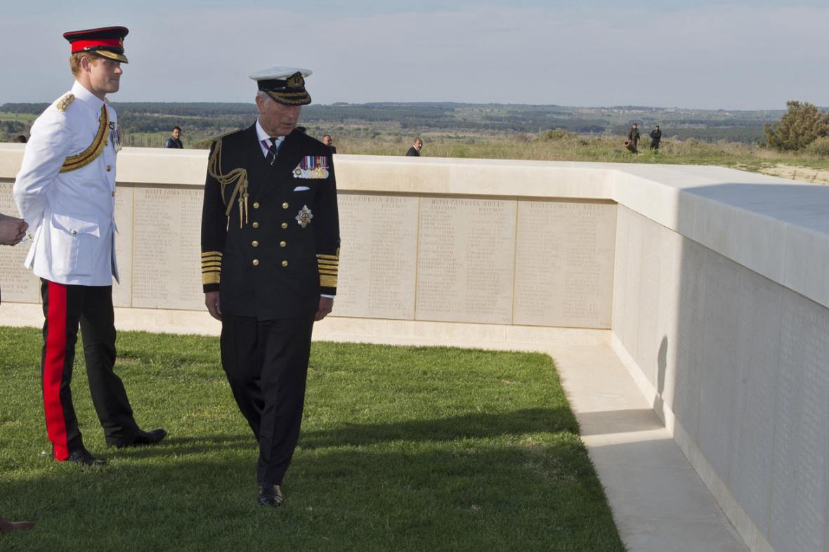 Princ Harry a princ Charles u pomníků padlých na Gallipoli