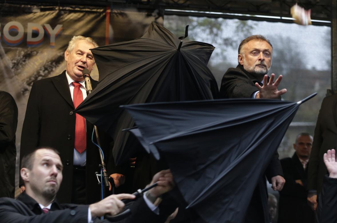 Deštníky bránily prezidenta Zemana před vajíčky a rajčaty