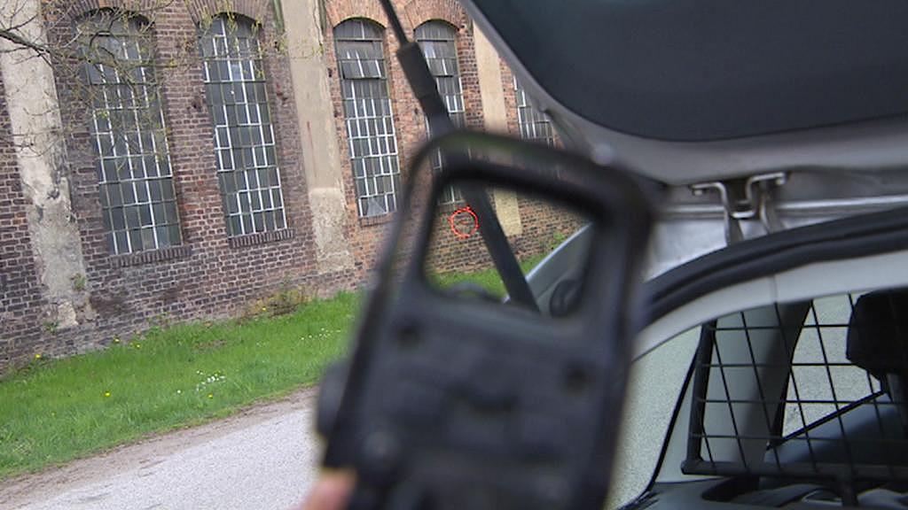 Pohled přes zaměřovač samopalu
