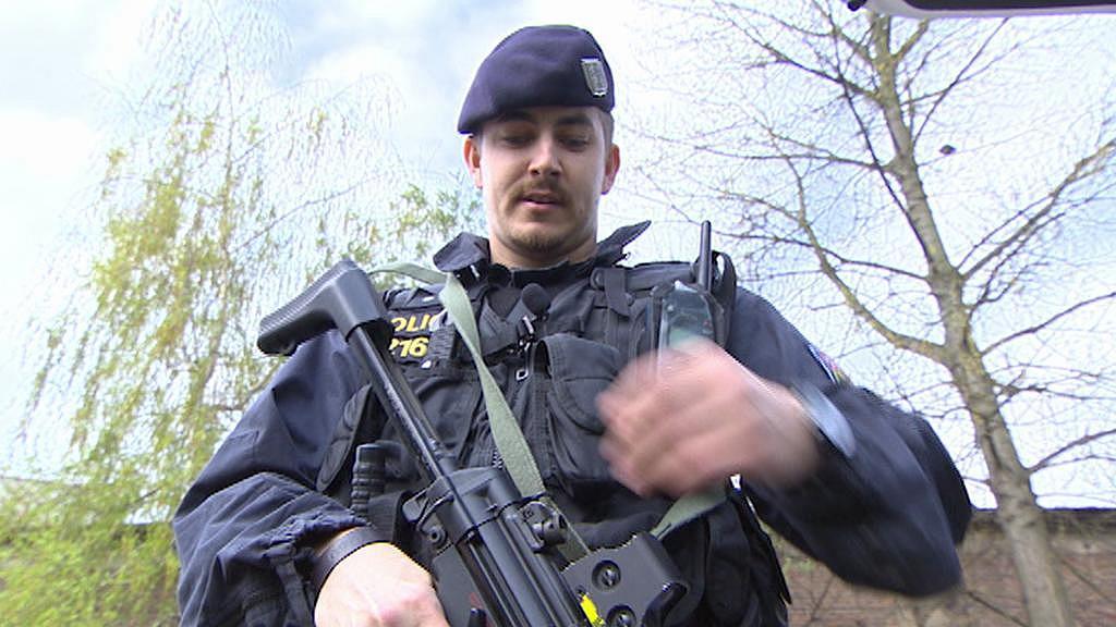 Policista se samopalem, který je nově ve výbavě některých aut