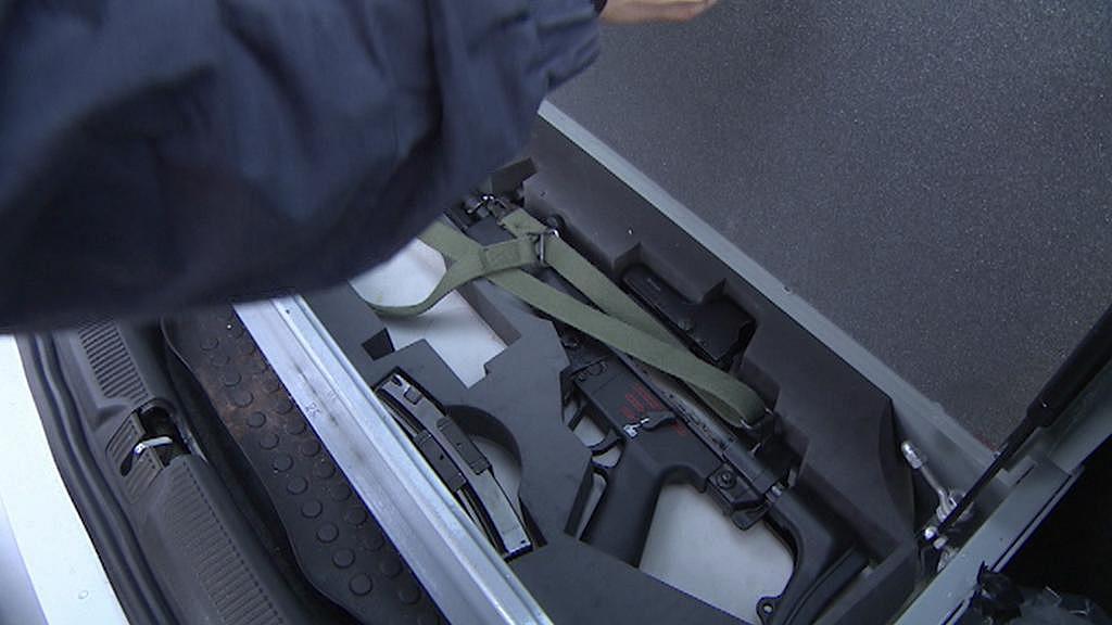 Samopal v trezoru - v kufru policejního auta