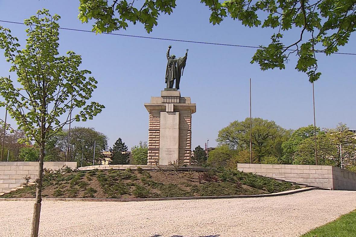Bronzová socha rudoarmějce na Moravském náměstí v Brně