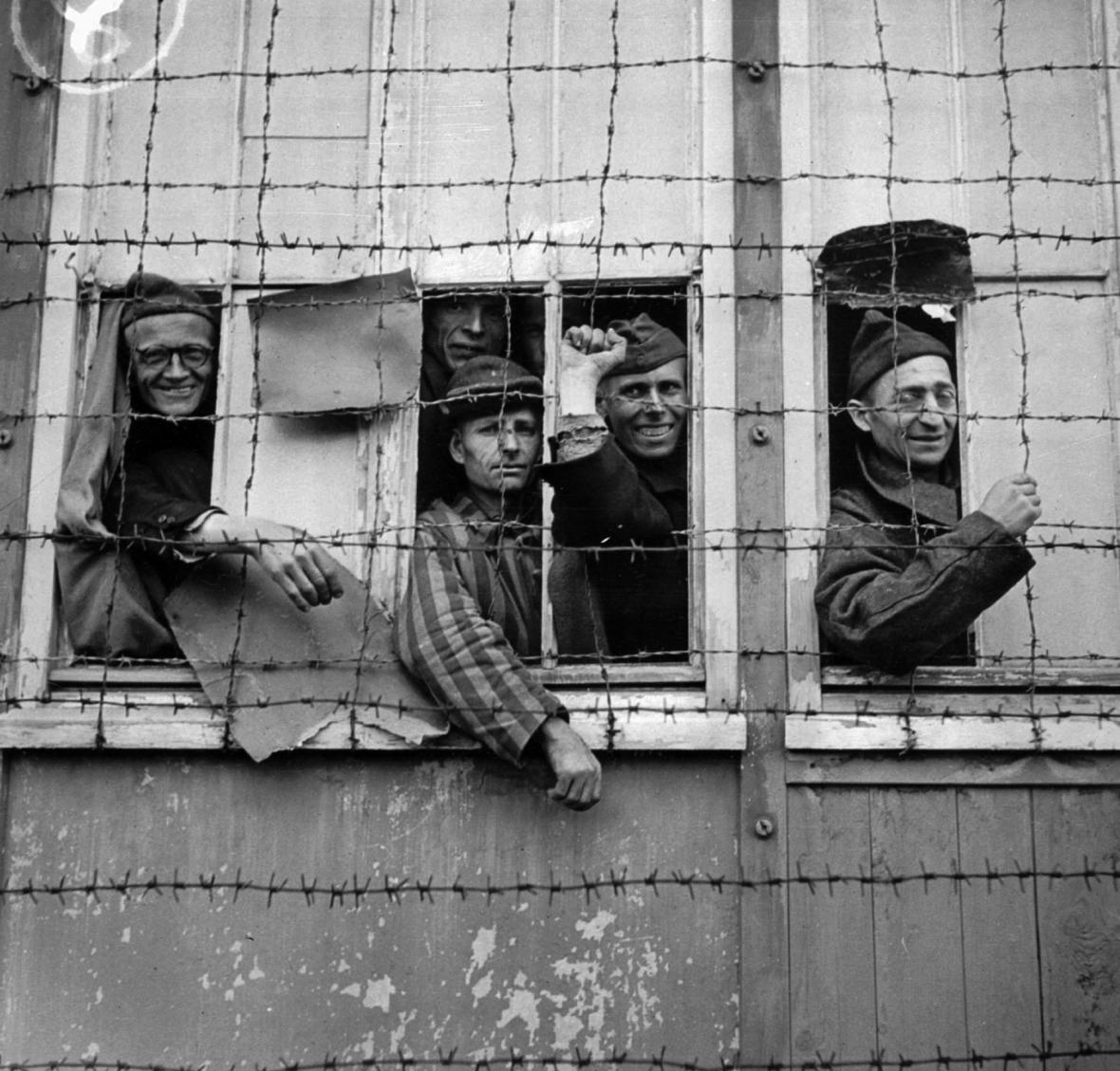 Vězni při osvobození tábora v roce 1945