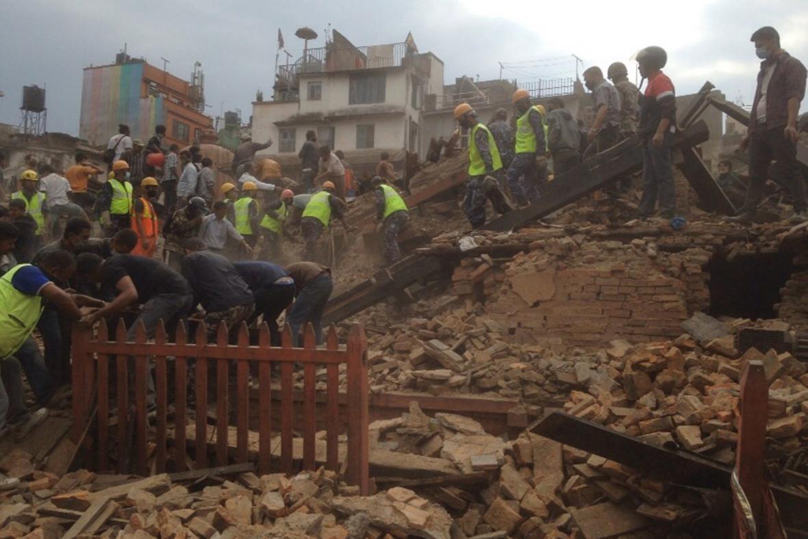 Jedna ze zřícených budov v nepálské metropoli