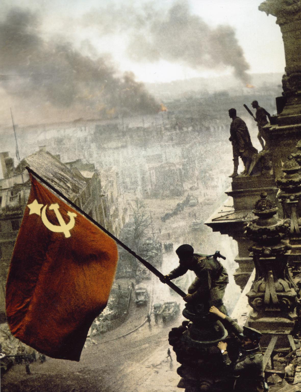 Vztyčení rudé vlajky nad Reichstagem