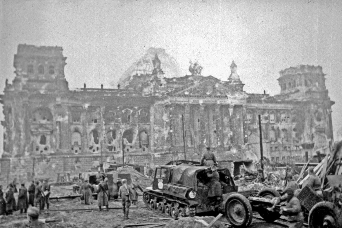 Rudá armáda před rozstříleným Reichstagem