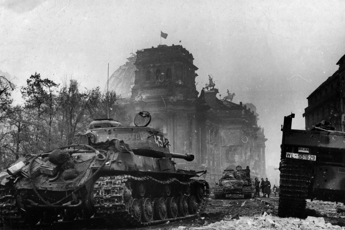 Rudá vlajka nad Reichstagem