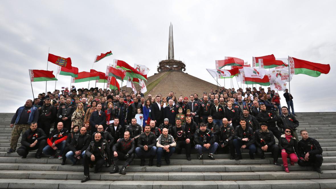 Ruští motorkáři u památníku obětí druhé světové války v Bělorusku